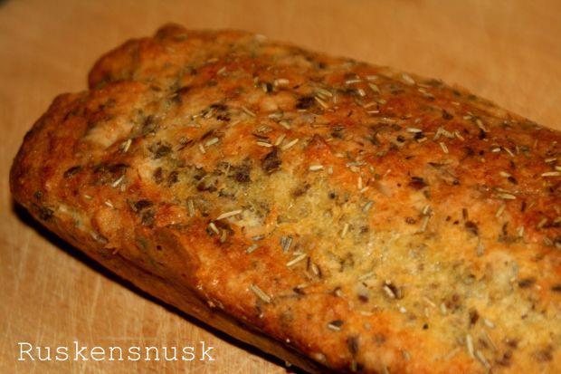 Glutenfrit lyst brød med hytteost og rosmarin